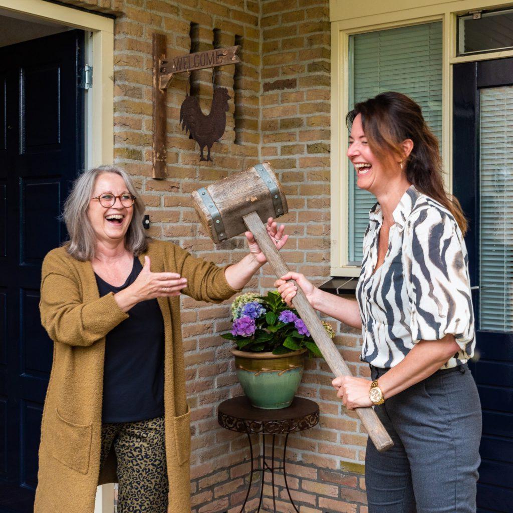 Liesbeth Kingma draagt de voorzittershamer over aan Paula van Eerden